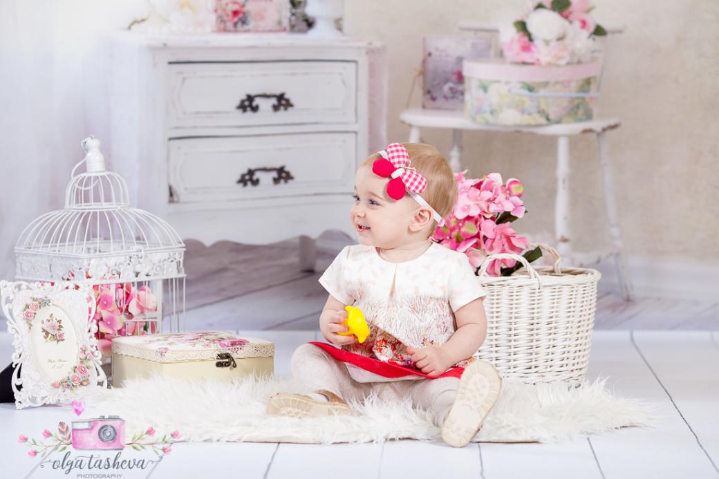 Детски фотограф Варна. Детска фотосесия на Малена при фотограф Олга Ташева в студио. Бебешка, детска и семейна фотография-в8251