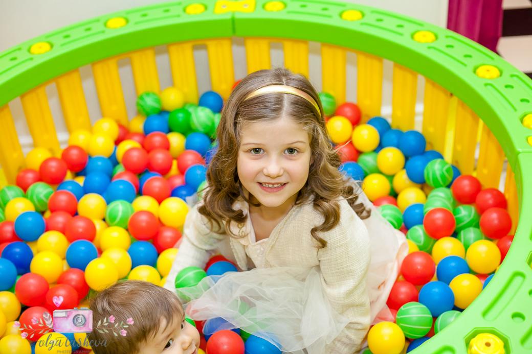 Фотограф за детски рожден ден Варна. Фотозаснемане на рожден ден на Андреа от фотограф Олга Ташева в студио. Бебешка, детска и семейна фотография-47