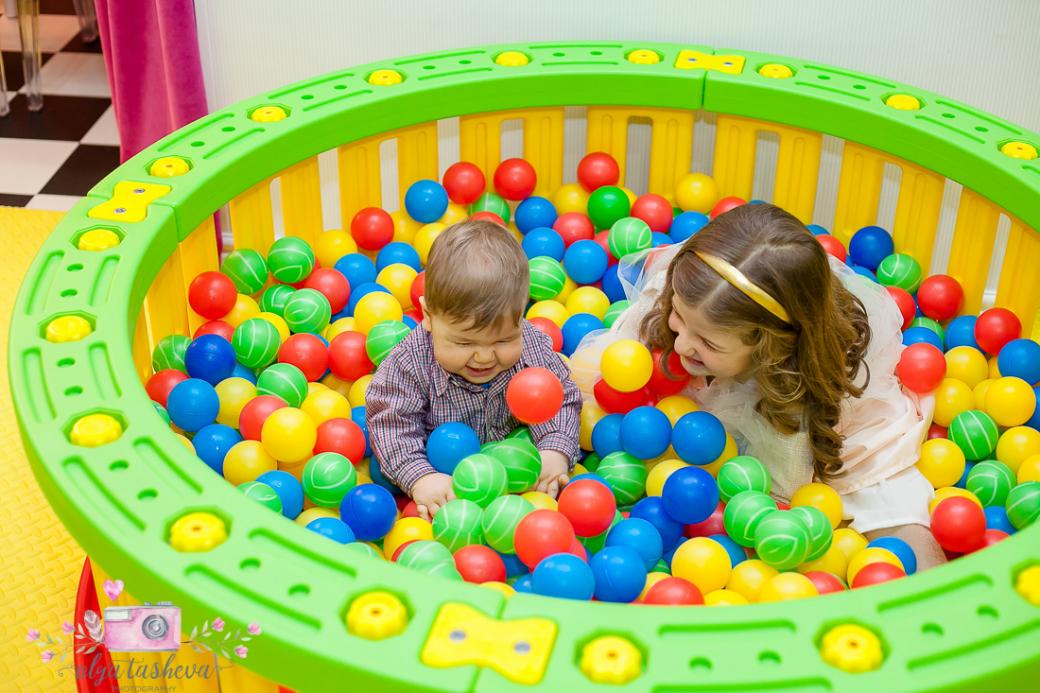 Фотограф за детски рожден ден Варна. Фотозаснемане на рожден ден на Андреа от фотограф Олга Ташева в студио. Бебешка, детска и семейна фотография-49