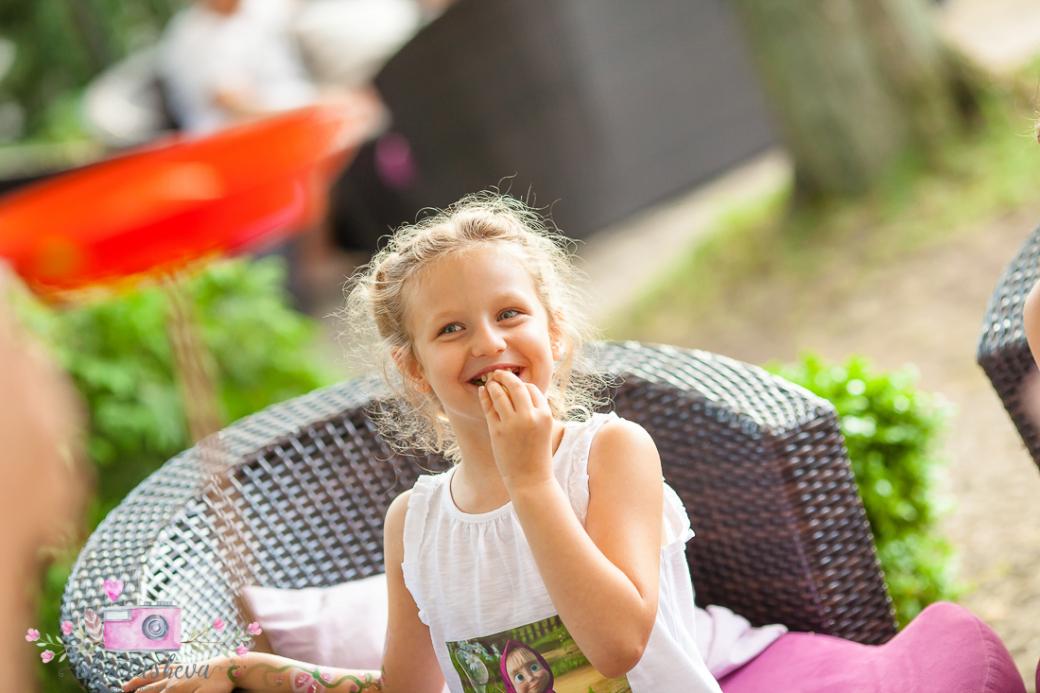 Фотограф за детски рожден ден Варна. Фотозаснемане на рожден ден на Жаклин от фотограф Олга Ташева в студио. Бебешка, детска и семейна фотография-51