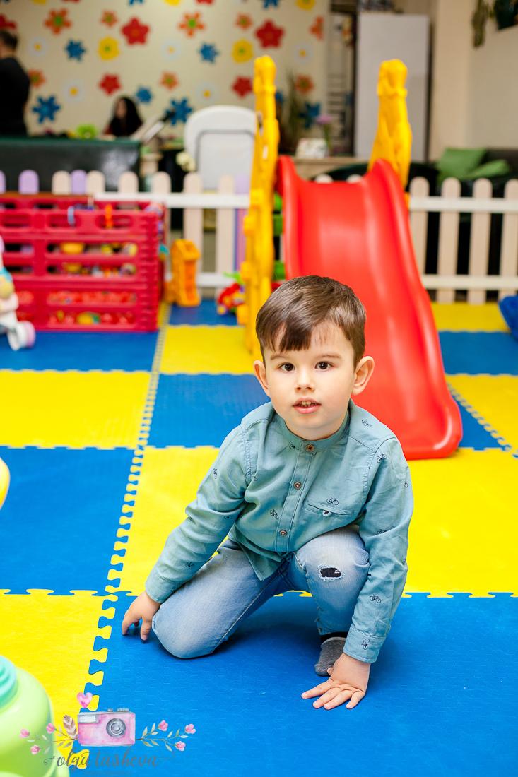 Фотограф за детски рожден ден Варна. Фотозаснемане на рожден ден на Тео от фотограф Олга Ташева в студио. Бебешка, детска и семейна фотография-12
