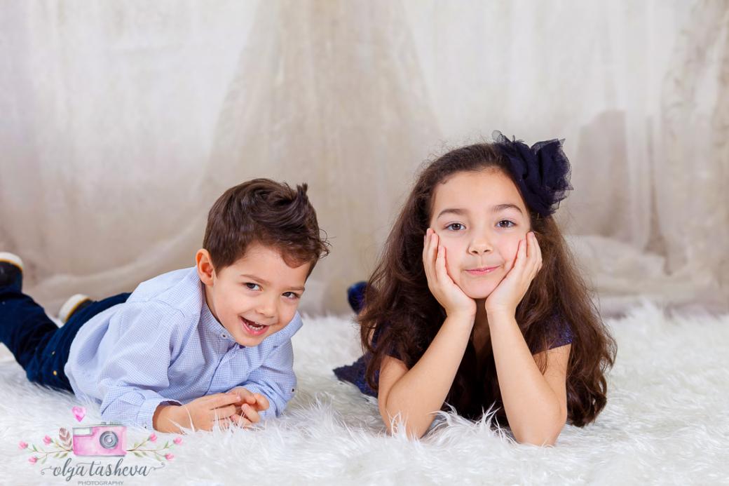 Детски фотограф Варна. Детска фотосесия на Раделина и Венелин при фотограф Олга Ташева в студио. Бебешка, детска и семейна фотография3434