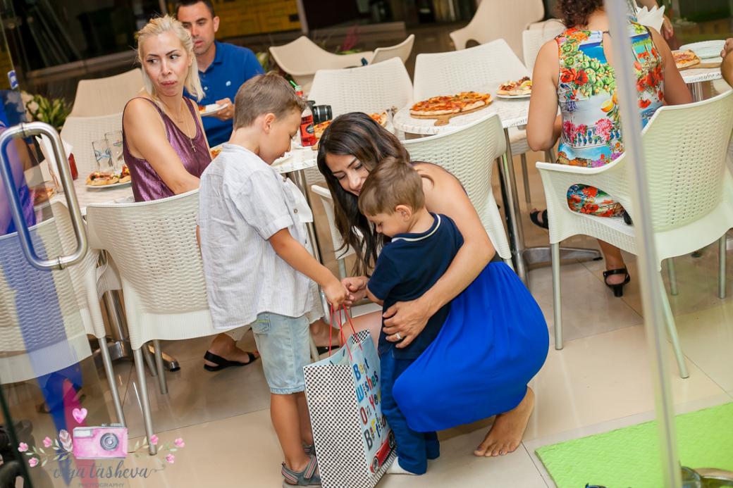 Фотограф за детски рожден ден Варна. Фотозаснемане на рожден ден на Алекс от фотограф Олга Ташева в студио. Бебешка, детска и семейна фотография-3